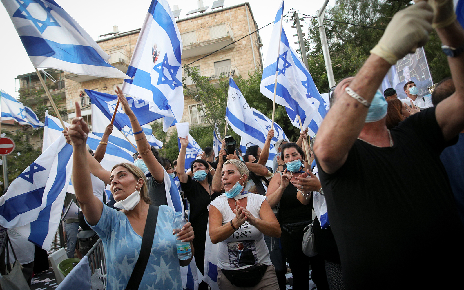 Supporters of Prime Minister Benjamin Netanyahu at a rally outside the PM's residence in Jerusalem, on July 23, 2020. (Yonatan Sindel/Flash90)