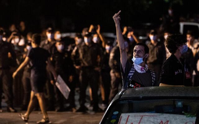 Demonstrators protest against Prime Minister Benjamin Netanyahu outside his Jerusalem residence, July 23, 2020. (Yonatan Sindel/Flash90)