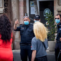 Israeli police enforce emergency coronavirus regulations in Jerusalem, July 9, 2020. (Yonatan Sindel/Flash90)