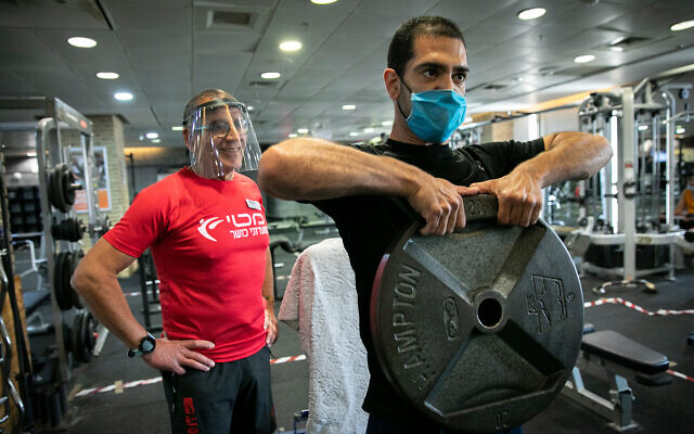 A gym-goer and trainer in Jerusalem, May 11, 2020. (Olivier Fitoussi/Flash90)