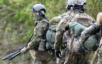 Paratroopers from the KSK (Kommando Spezialkraefte) special unit of Germany's armed forces taking part in a military exercise in Ahrenvioelfeld, northern Germany. (Carsten Rehder/dpa/AFP)