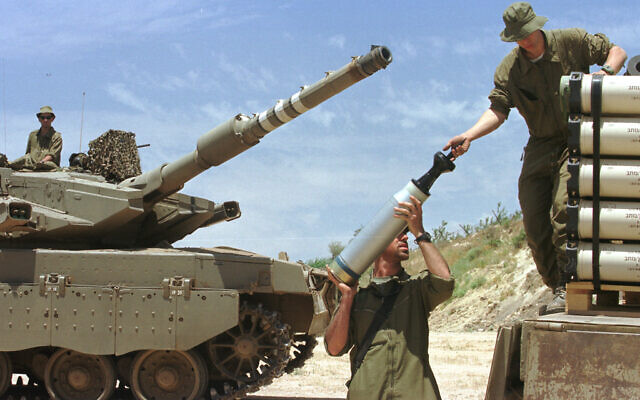 Israeli soldiers pack artillery and weapons during the withdrawal from Lebanon on June 22, 2000 (Flash90)