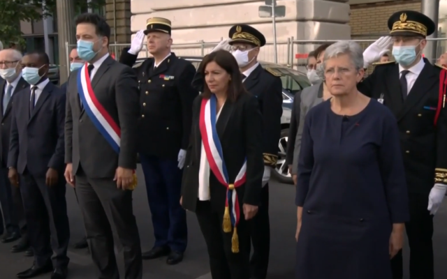 France's veterans' minister Geneviève Darrieussecq (right) and Paris Mayor Anne Hidalgo (2nd right) take part in a ceremony commemorating the Vel d'Hiv roundup of Jews during World War II, in Paris, July 19, 2020 (video screenshot)