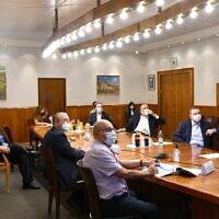 Prime Minister Benjamin Netanyahu, left, chairs an emergency meeting of senior ministers to decide on measures to curb the spread of the coronavirus, July 16, 2020. (Chaim Tzach/GPO)