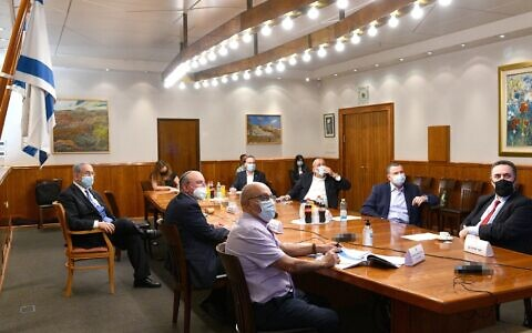 Prime Minister Benjamin Netanyahu, left, chairs an emergency meeting of senior ministers to decide on measure to curb a spread of the coronavirus, July 16, 2020. (Chaim Tzach/GPO)