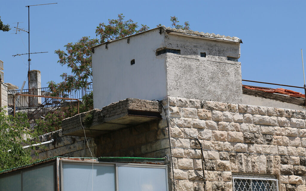 A small tower in the Shaarei Rahamim  neighborhood that was used for air traffic control during Israel's War of Independence. (Shmuel Bar-Am)