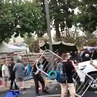 Police, municipal inspectors clash with protesters near Prime Minister Benjamin Netanyahu's official residence, Jerusalem, July 13, 2020 (Screen grab/Twitter)