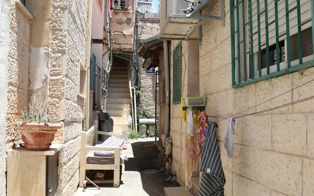 A narrow alley in the Shaarei Rahamim quarter of Jerusalem's Nahlaot neighborhood. (Shmuel Bar-Am)