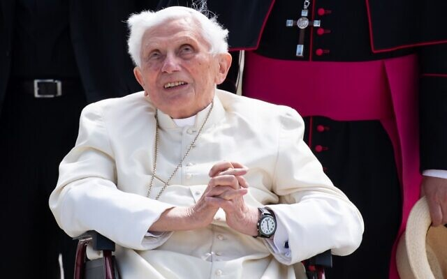 This photo taken on June 22, 2020, shows former pope Benedict XVI at the airport in Munich, southern Germany, after visiting his brother (Sven Hoppe / POOL / AFP)