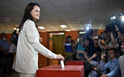 Presidential candidate Svetlana Tikhanovskaya casts her ballot at a polling station during the presidential election in Minsk on August 9, 2020. (Sergei GAPON / AFP)