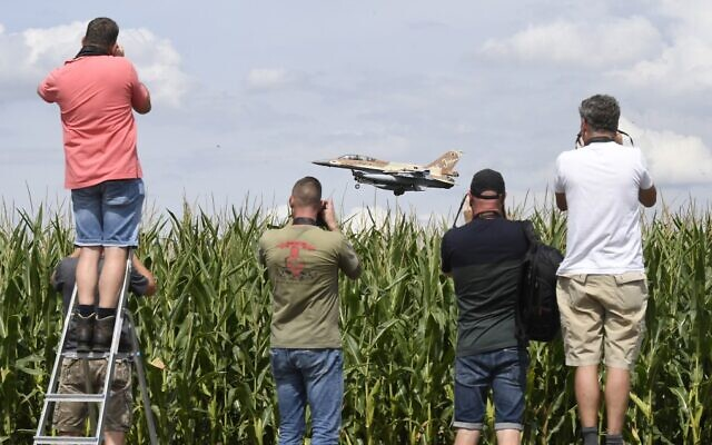 Plane spotting enthusiasts photograph the approach of an Israeli F-16 bomber at the airbase at Noervenich, western Germany on August 17, 2020. (Roberto Pfeil / dpa / AFP)