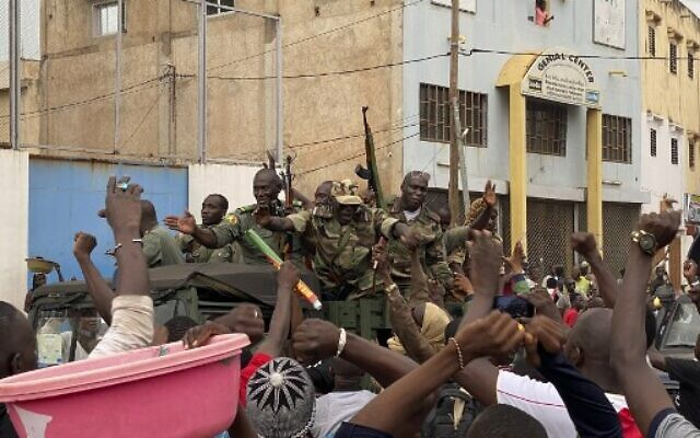 Malian soldiers are celebrated as they arrive at the Independence square in Bamako on August 18, 2020. (MALIK KONATE / AFP)