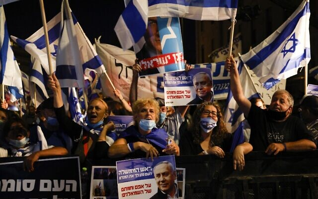 Israelis demonstrate on August 20, 2020, in support of Prime Minister Benjamin Netanyahu near his residence in Jerusalem. (Menahem Kahana / AFP)