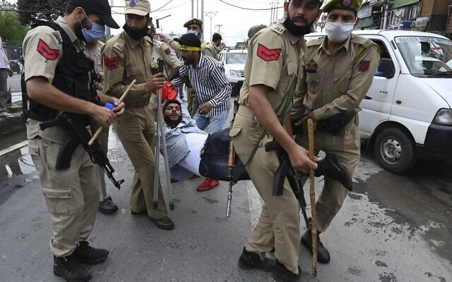 A Kashmiri Shiite Muslim man is detained by Indian police as devotees defy restrictions for a Muharram procession in Srinagar on August 28, 2020 (Tauseef MUSTAFA / AFP)