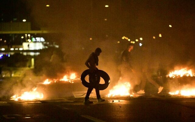 Demonstrators burn tyres during clashes with police in the Rosengard neighbourhood of Malmo, Sweden, on August 28, 2020 ( TT NEWS AGENCY / AFP)