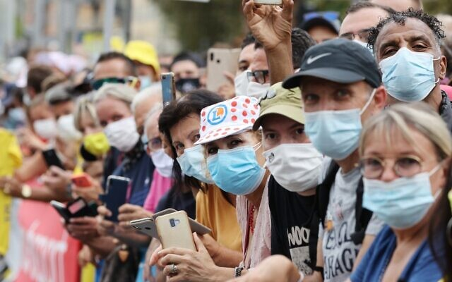 Spectators wearing face masks wait for the start of the 1st stage of the 107th edition of the Tour de France cycling race on August 29, 2020. (KENZO TRIBOUILLARD / AFP)