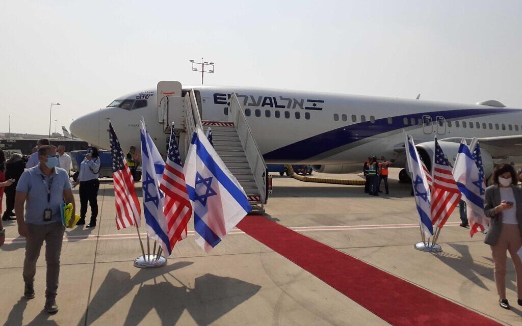 First commercial flight, Israel-UAE flight, land in Abu Dhabi