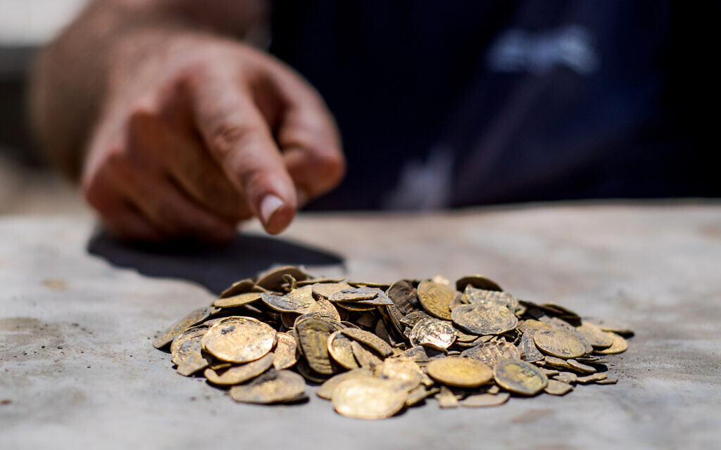 Israeli youth find treasure of gold coins in central Israel