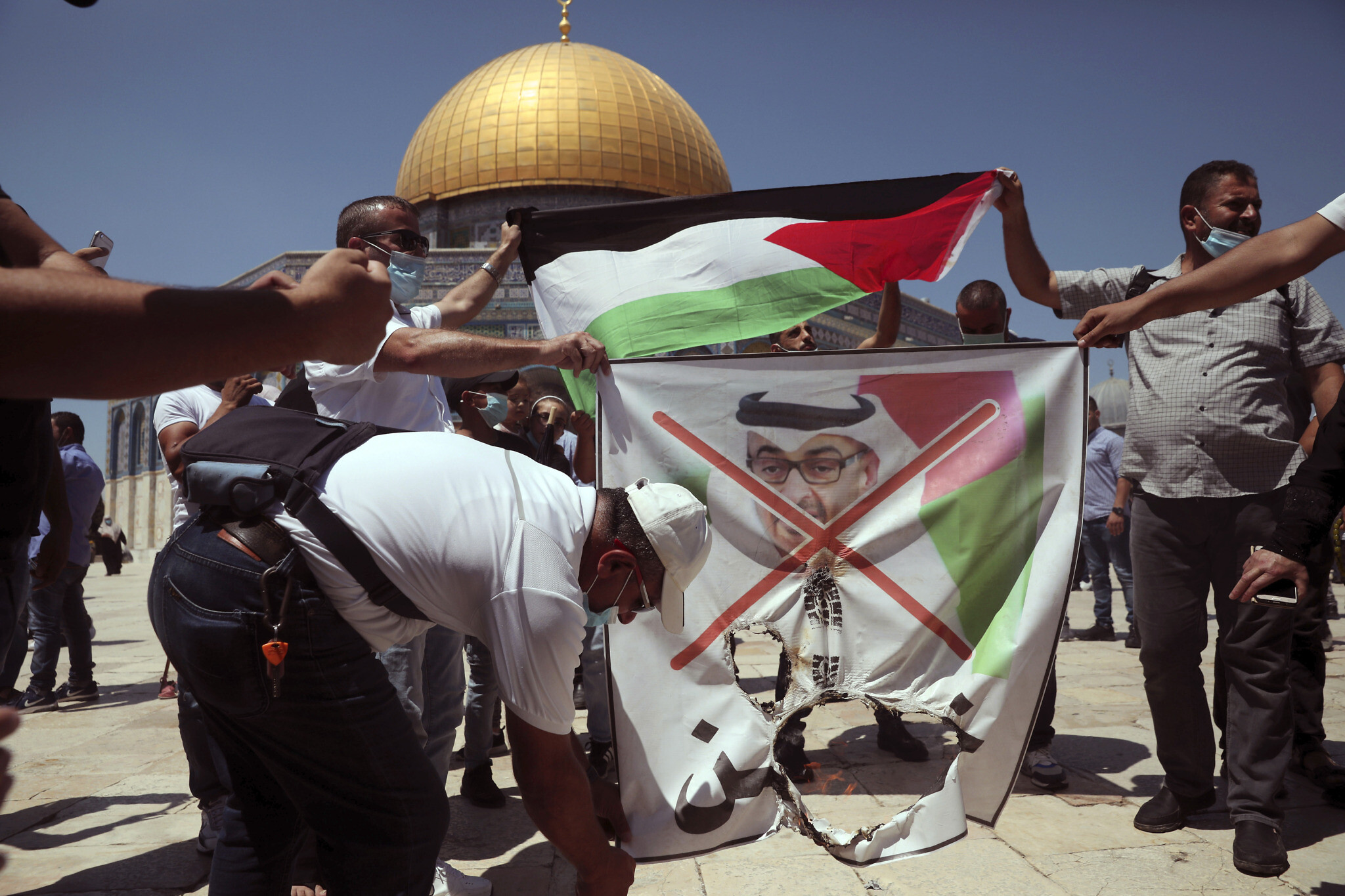 Palestinians on Temple Mount trample, set fire to picture of UAE ...