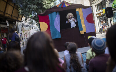 Street performers entertain children on the summer vacation on Ben Yehuda street in central Jerusalem, on August 13, 2019 (Hadas Parush/Flash90)
