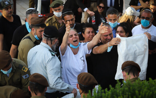 Nava Revivo, center, mother of late IDF soldier Amit Ben-Ygal, cries at his funeral at the cemetery in Be'er Ya'akov, May 12, 2020. (Yossi Aloni/Flash90)