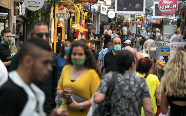 Israelis shop at the Mahane Yehuda market in Jerusalem on June 03, 2020. (Olivier Fitoussi/Flash90)