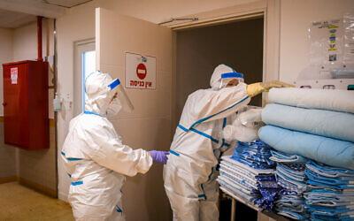 Illustrative: Workers in the coronavirus ward of Sheba Medical Center in Ramat Gan, July 27, 2020. (Yossi Zeliger/Flash90)