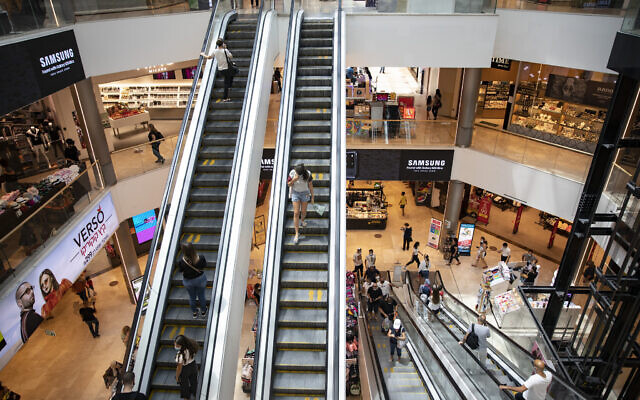 People shop at the Malha Mall in Jerusalem in Jerusalem on July 29, 2020 (Olivier Fitoussi/Flash90)