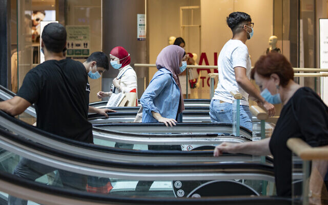 People wearing face masks due to the coronavirus, shop at the Malha Mall in Jerusalem on July 29, 2020.  (Fitoussi/ Flash90)