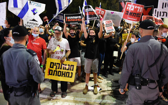 Israelis protest against Prime Minister Benjamin Netanyahu near his private home in the coastal town of Caesarea on August 1, 2020. (Meir Vaknin/Flash90)