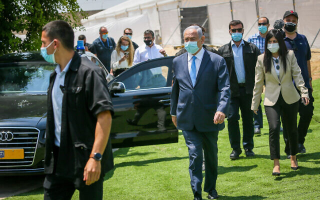 Prime Minister Benjamin Netanyahu visits the IDF Home Front Command base in Ramla, on August 4, 2020. (Yossi Aloni/Flash90)