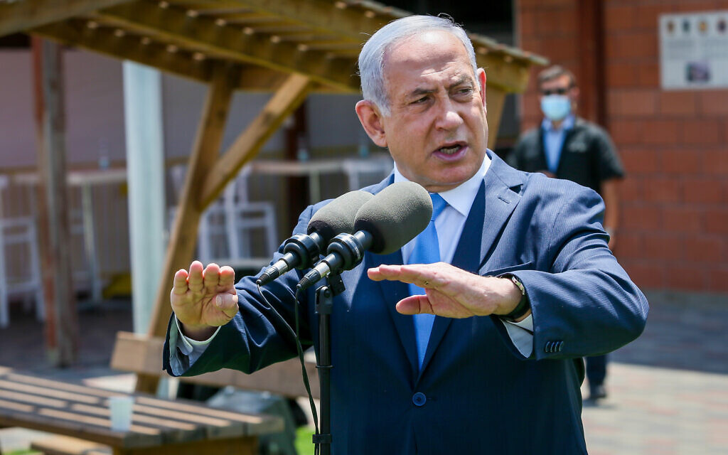 Prime Minister Benjamin Netanyahu visits an IDF Home Front Command base in Ramle on August 4, 2020. (Yossi Aloni/Flash90)