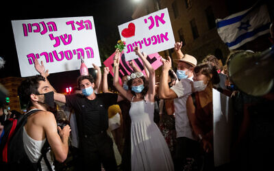 People protest against Prime Minister Benjamin Netanyahu outside his official residence in Jerusalem on August 6, 2020 (Yonatan Sindel/Flash90)