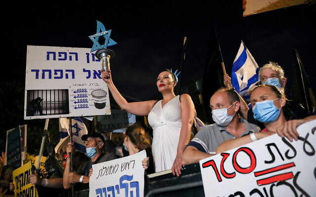 Israelis protest against Prime Minister Benjamin Netanyahu outside the Prime Minister's Residence in Jerusalem on August 8, 2020. (Oliver Fitoussi/Flash90)