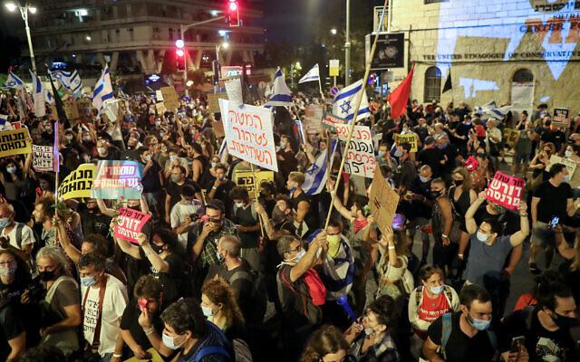 Israelis protest against Prime Minister Benjamin Netanyahu outside the Prime Minister's Residence in Jerusalem on August 8, 2020. (Yonatan Sindel/Flash90)