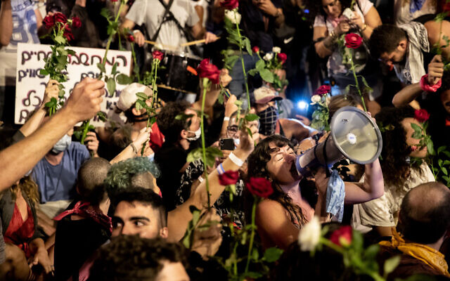Protestors against Prime Minister Benjamin Netanyahu outside his official residence in Jerusalem on August 8, 2020. (Yonatan Sindel/Flash90)