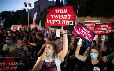 Workers from the culture and art industry protest outside Prime Minister Benjamin Netanyahu's official residence in jerusalem, on August 11, 2020. (Yonatan Sindel/Flash90)