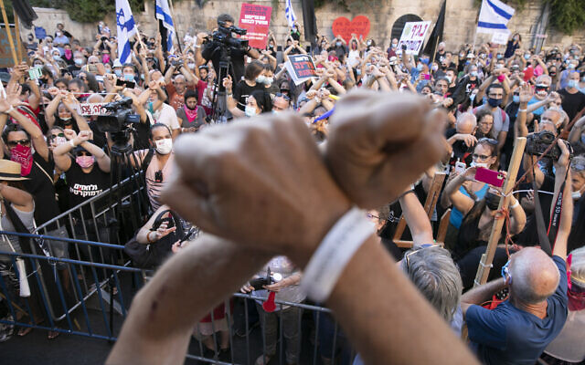 Israelis protest against Prime Minister Benjamin Netanyahu outside his official residence in Jerusalem on August 21, 2020. (Olivier Fitoussi/Flash90)