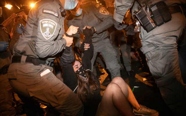 Police officers remove demonstrators during a protest against Prime Minister Benjamin Netanyahu, outside the Prime Minister's Residence, in Jerusalem on August 22, 2020. (Olivier Fitoussi/Flash90)