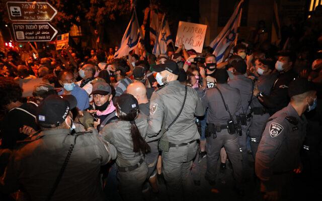 Police officers arrest demonstrators during a protest against Israeli prime minister Benjamin Netanyahu outside the prime minister's residence in Jerusalem on August 22, 2020. (Olivier Fitoussi/Flash90)
