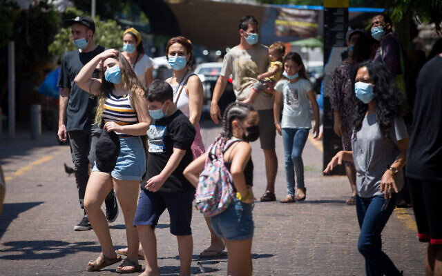 Israelis wear protective face masks in Tel Aviv on August 25, 2020. (Miriam Alster/Flash90)