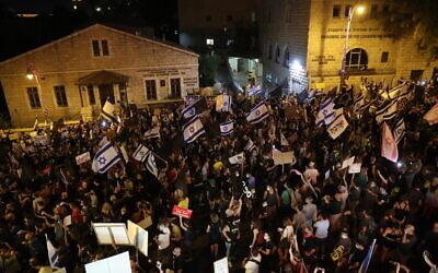 Israelis protest against Prime Minister Benjamin Netanyahu outside his official residence in Jerusalem on August 29, 2020. (Yonatan Sindel/Flash90)