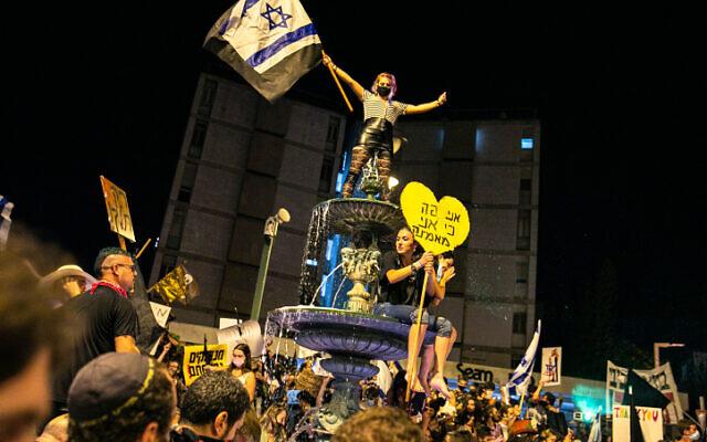 Israelis protest against Israeli Prime Minister Benjamin Netanyahu in Jerusalem on August 1, 2020. (Olivier Fitoussi/Flash90)