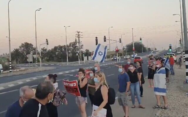 Protesters demonstrate against Prime Minister Benjamin Netanyahu at the Sha'ar Hanegev junction in southern Israel, where three people were arrested for spraying water at them, August 1, 2020. (Screen capture: Twitter)