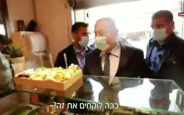 Prime Minister Benjamin Netanyahu visits Jerusalem's Mahane Yehuda market on August 19, 2020 (Channel 12 screenshot)