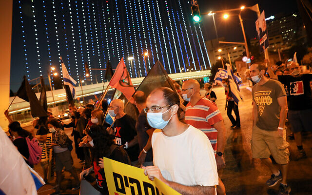 Israelis protest against Prime Minister Benjamin Netanyahu near the Chords bridge, at the entrance to Jerusalem, August 22, 2020. (Olivier Fitoussi/Flash90)