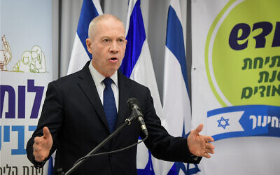 Education Minister Yoav Gallant holds a press conference in Tel Aviv, August 6, 2020. (Avshalom Sassoni/Flash90)