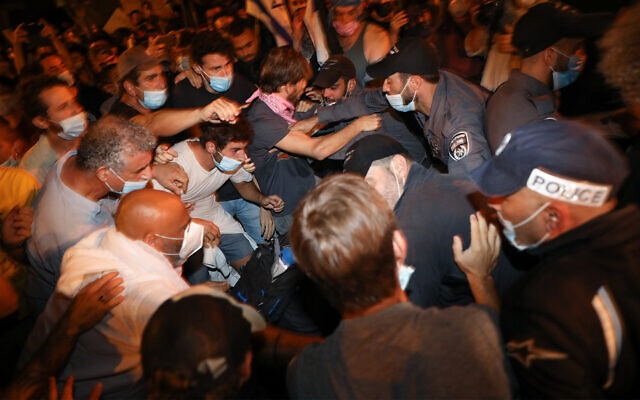 Police officers scuffle with demonstrators at a protest against Prime Minister Benjamin Netanyahu in Jerusalem on August 22, 2020. (Olivier Fitoussi/Flash90)
