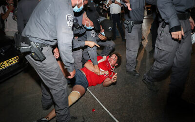 Police remove protesters from a rally against Prime Minister Benjamin Netanyahu in Jerusalem, August 15, 2020. (Yonatan Sindel/Flash90)