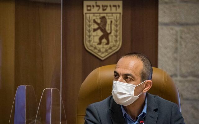 Virus czar Ronni Gamzu at a meeting with Jerusalem Mayor Moshe Leon at Jerusalem City Hall on August 12, 2020. (Olivier Fitoussi/Flash90)